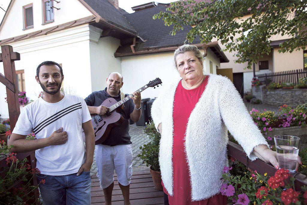 Říkají dětem, ať se snaží za tři. (Ida Kelarová, asistent Oto Bunda a s kytarou manžel Deziderius Dužda)